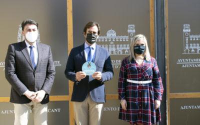 """El alcalde y la vicealcaldesa entregan al Real Club de Regatas de Alicante el distintivo """"Alicante Segura"""""""